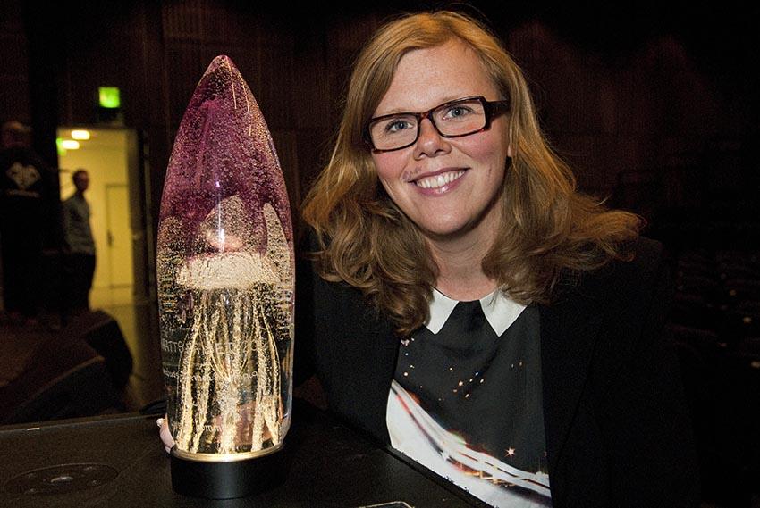 Linda Ryttlefors tar emot barnrättspriset 2012 för Uppsalahems räkning.