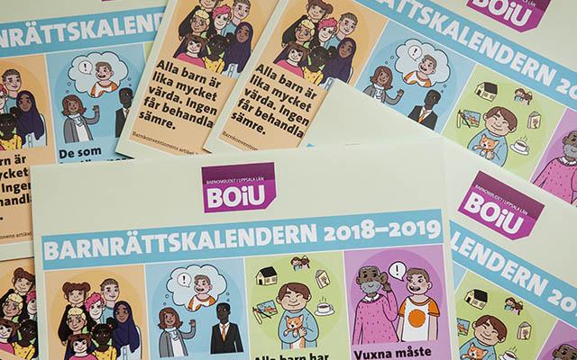 Flera exermplar av Barnrättskalendern 2018-2019 ligger utspridda ovanpå varandra med omslaget uppåt
